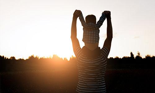 Ayah-Menjadi-Panutan-Mendidik-Anak-Laki